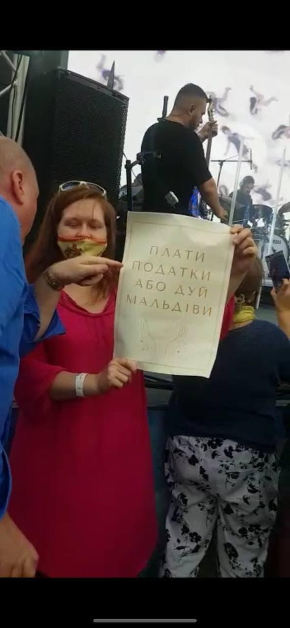 Сбежала с огромным количеством охраны: в Москве сорвали концерт Ани Лорак (видео)